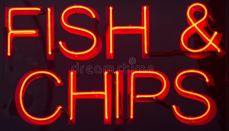 Sinal de néon do restaurante do peixe com batatas fritas imagem de stock royalty free