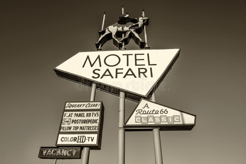 Sinal de néon do safari do motel em Route 66 histórico em New mexico foto de stock