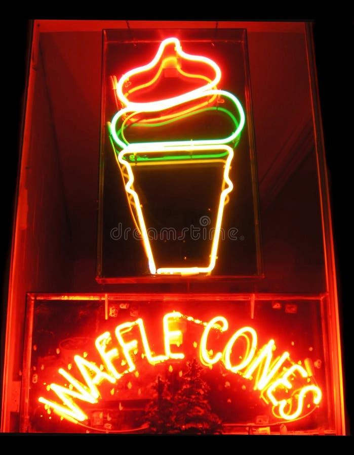 Sinal de néon dos cones do Waffle fotografia de stock
