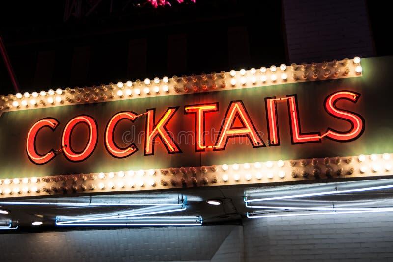 Sinal de néon e luzes dos cocktail foto de stock