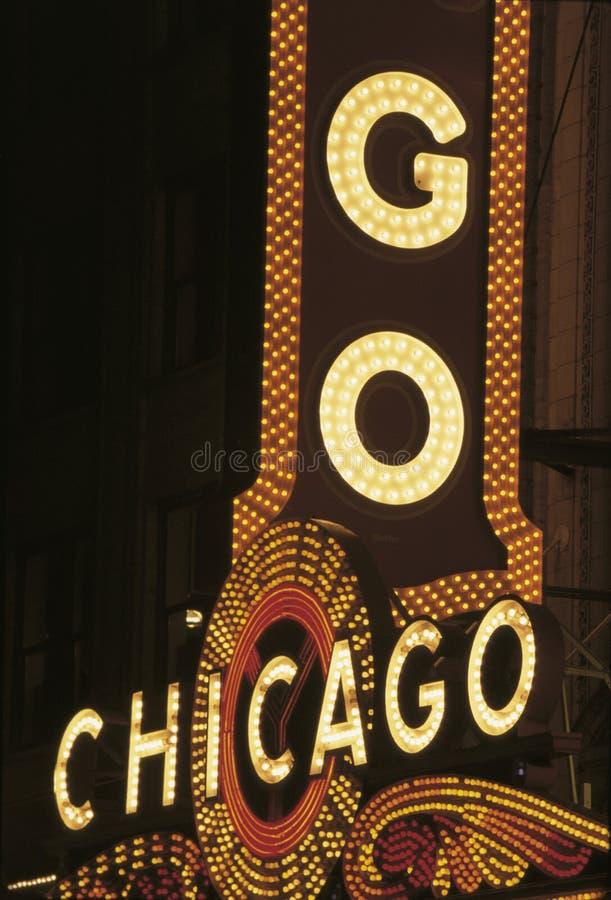 Sinal de néon que diz Chicago do teatro de Chicago foto de stock