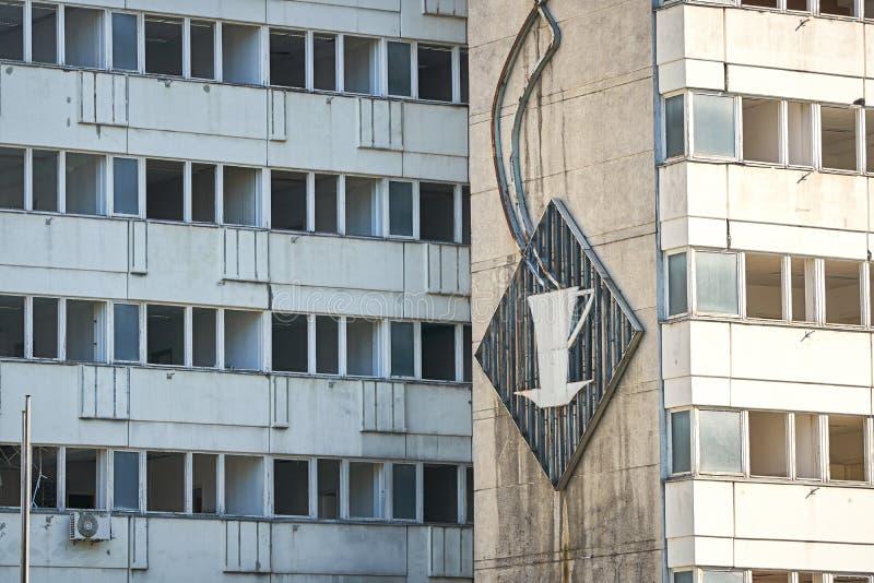 Sinal de néon quebrado velho do GDR na fachada em Berlim fotos de stock