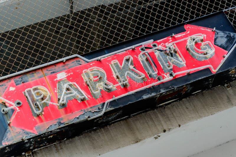 Sinal de néon velho do estacionamento fotos de stock
