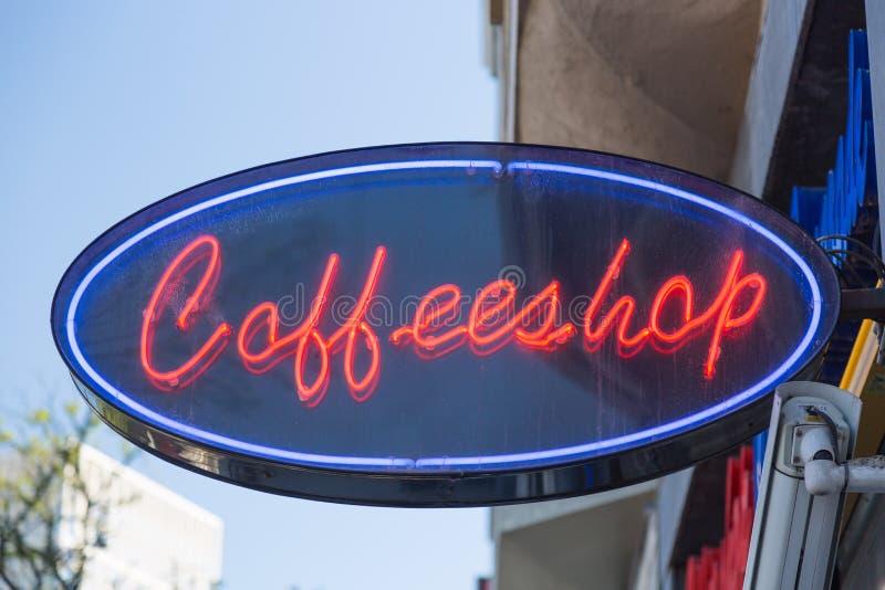 Sinal de néon vermelho de uma cafetaria de Coffeeshop em Amsterdão, Países Baixos imagens de stock royalty free