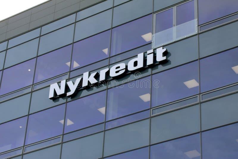 Sinal de Nykredit em uma parede no buildin de vidro fotografia de stock royalty free