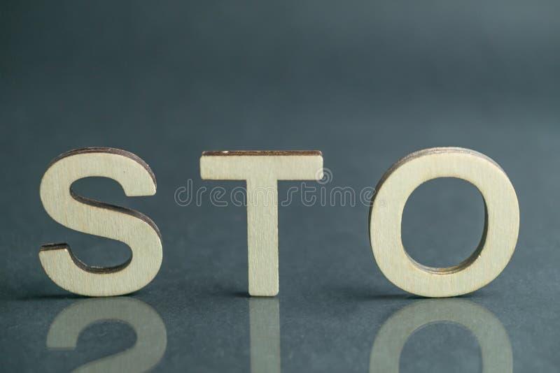 Sinal de oferecimento simbólico com letras de madeira, conceito da segurança STO de Ethereum imagem de stock royalty free