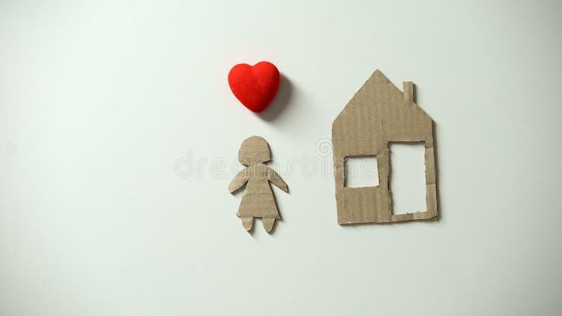 Sinal de papel da casa e do cora??o perto da figura humana, refugiado que espera para o abrigo imagem de stock