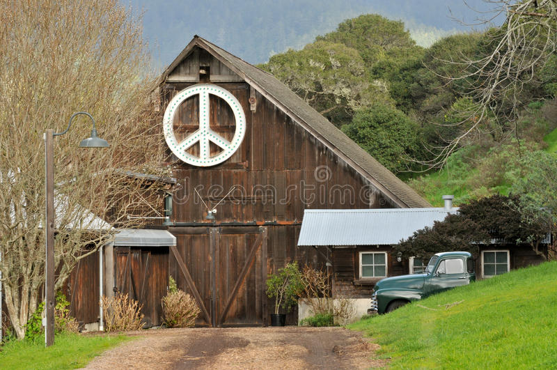 Sinal de paz no lado de um celeiro fotos de stock royalty free