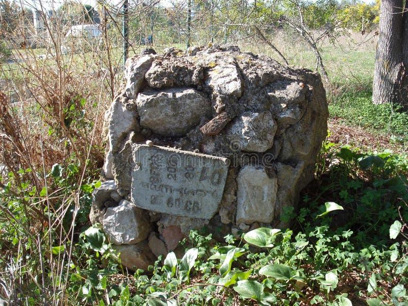 Sinal de pedra perto do sanatório imagens de stock