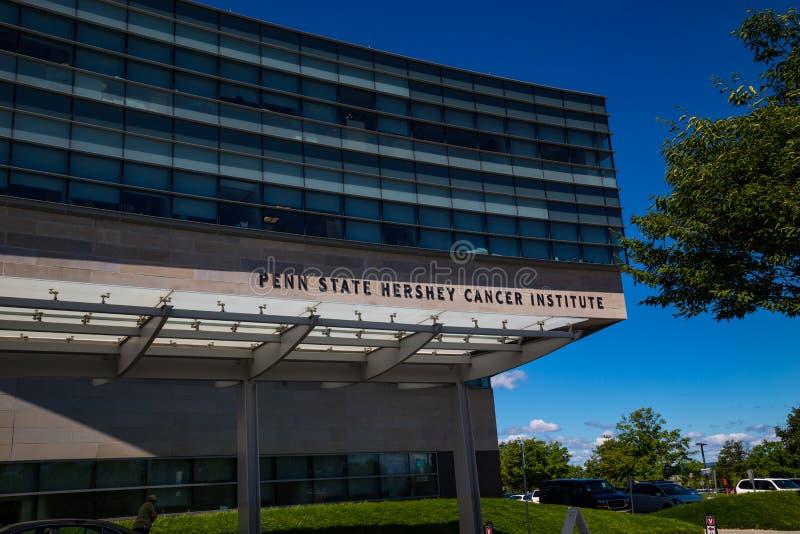 Sinal de Penn State Hershey Cancer Institute na construção fotografia de stock