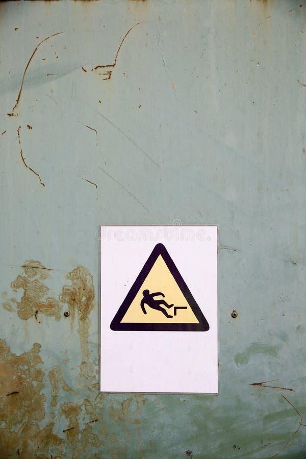 Sinal de perigo da queda no fundo industrial imagens de stock royalty free