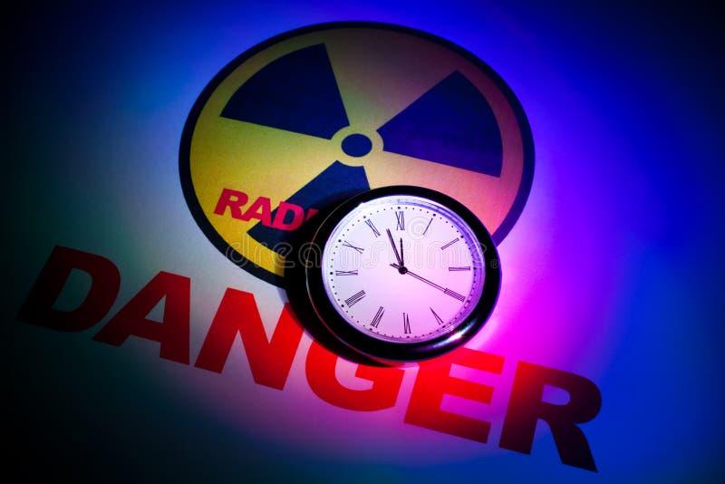 Sinal de perigo da radiação foto de stock