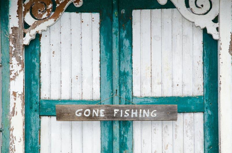 Sinal de pesca ido em portas resistidas fotos de stock royalty free