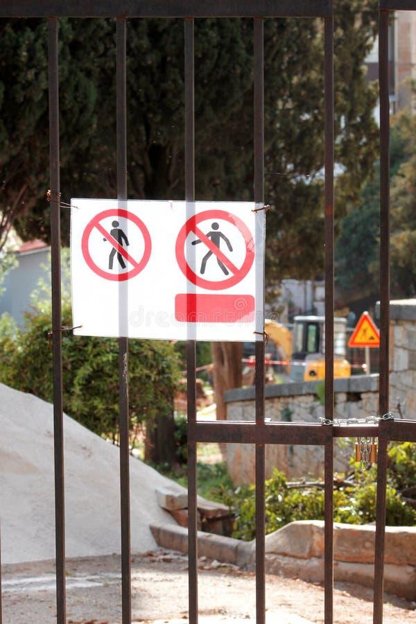 Sinal de pessoais autorizados somente no canteiro de obras Vermelho, área interditado preto e branco, pessoal autorizado somente imagem de stock