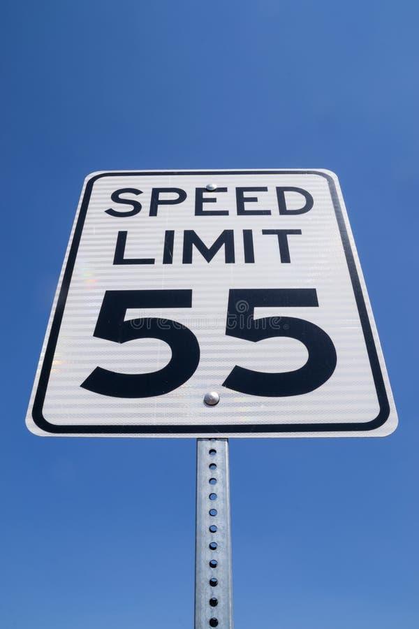 sinal de 55 quilômetros por hora fotos de stock