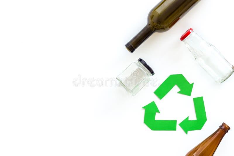 Sinal de reciclagem verde com materiais de desperdício, garrafas para o conceito de salvaguarda da ecologia no copyspace branco d fotos de stock royalty free