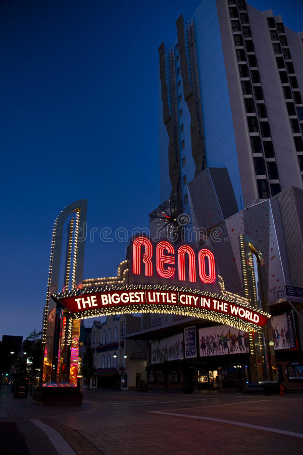 Sinal de Reno ao lado da parede gigante da escalada de rocha foto de stock