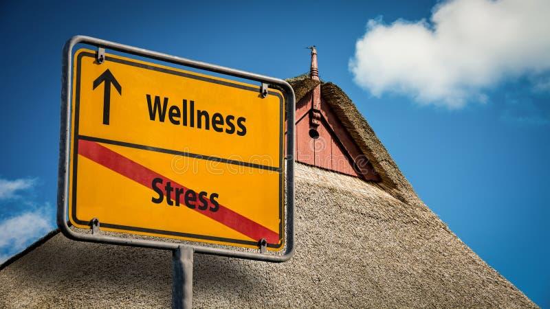 Sinal de rua ao bem-estar contra o esfor?o imagens de stock royalty free