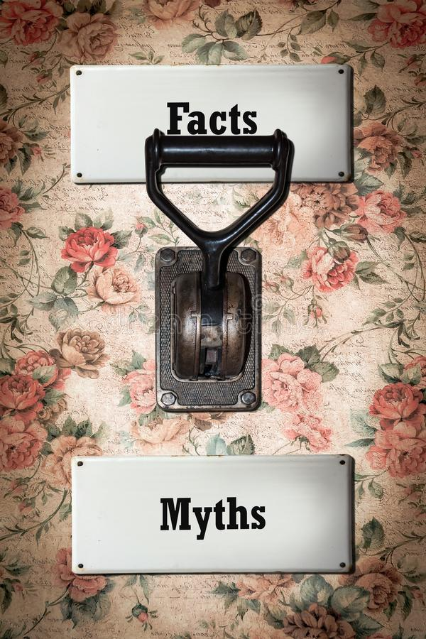 Sinal de rua aos fatos contra mitos foto de stock