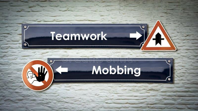 Sinal de rua aos trabalhos de equipe contra Mobbing foto de stock