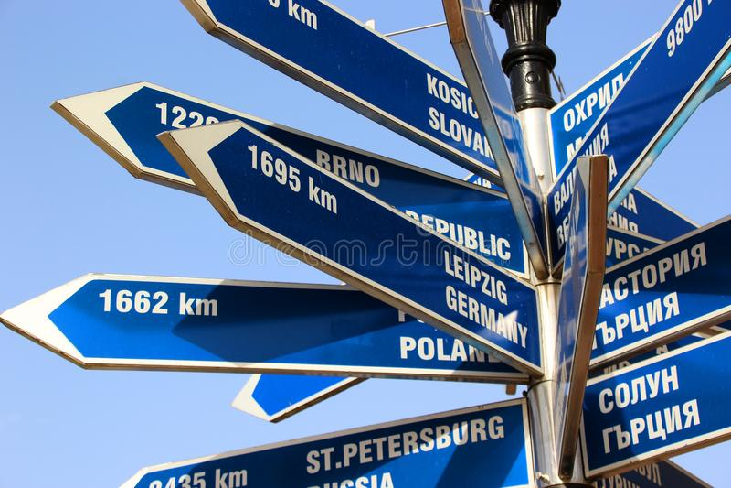 Sinal de rua azul das cidades imagem de stock
