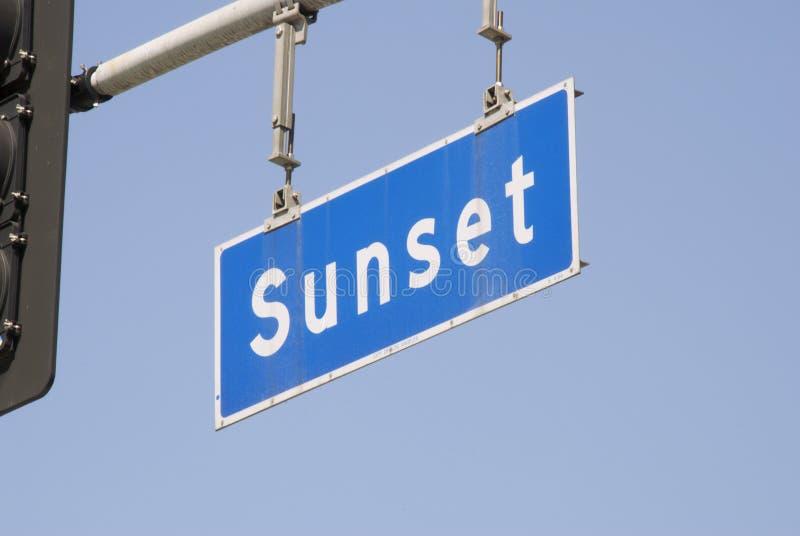 Sinal de rua da avenida do por do sol fotos de stock royalty free