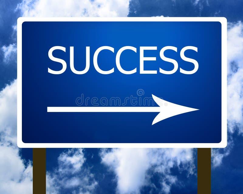 Sinal de rua da estrada do sentido do sucesso e o céu imagens de stock