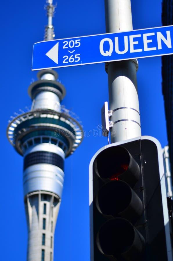 Sinal de rua da rainha contra a torre do céu em Auckland, Nova Zelândia foto de stock royalty free