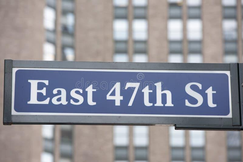 Sinal de rua de New York: 47th rua do leste fotos de stock