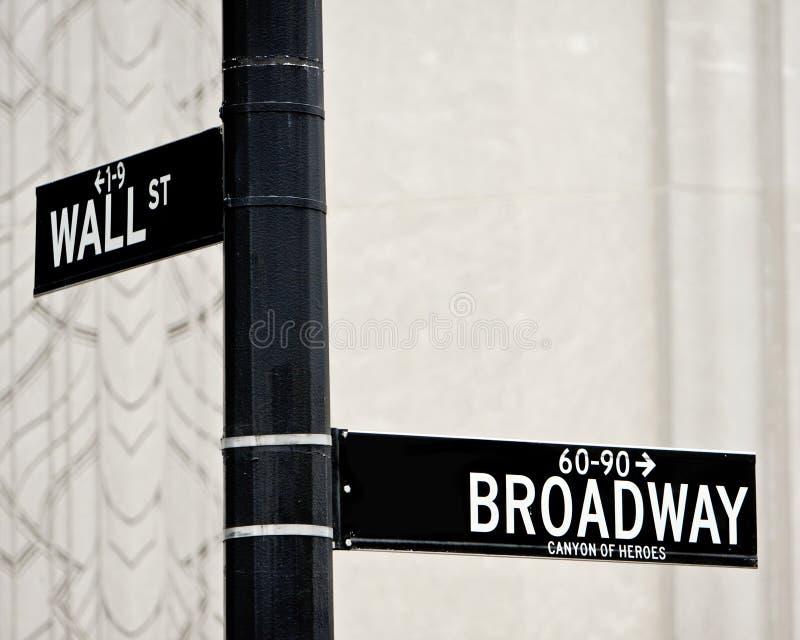 Sinal de rua de Wall Street e de Broadway fotos de stock