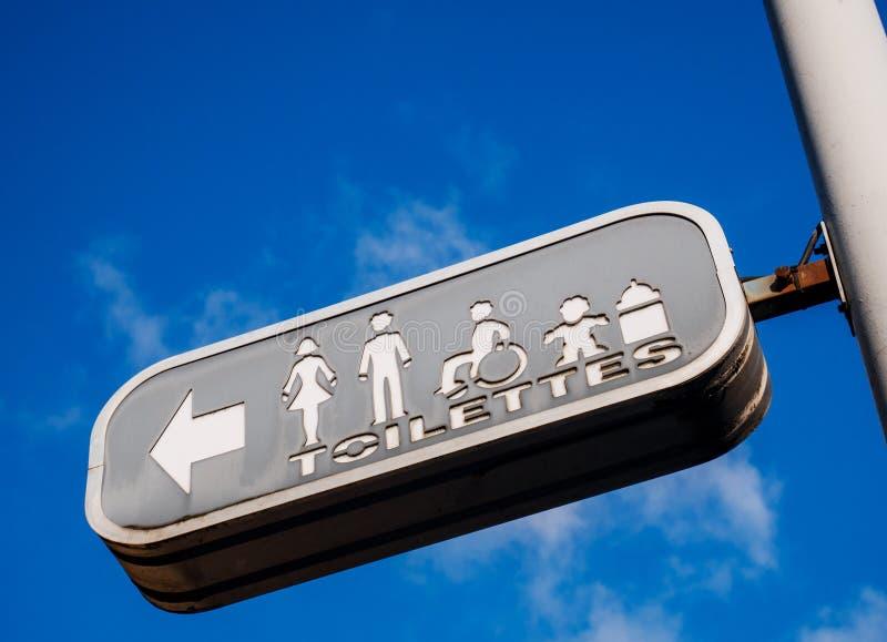 Sinal de rua do toalete imagens de stock royalty free