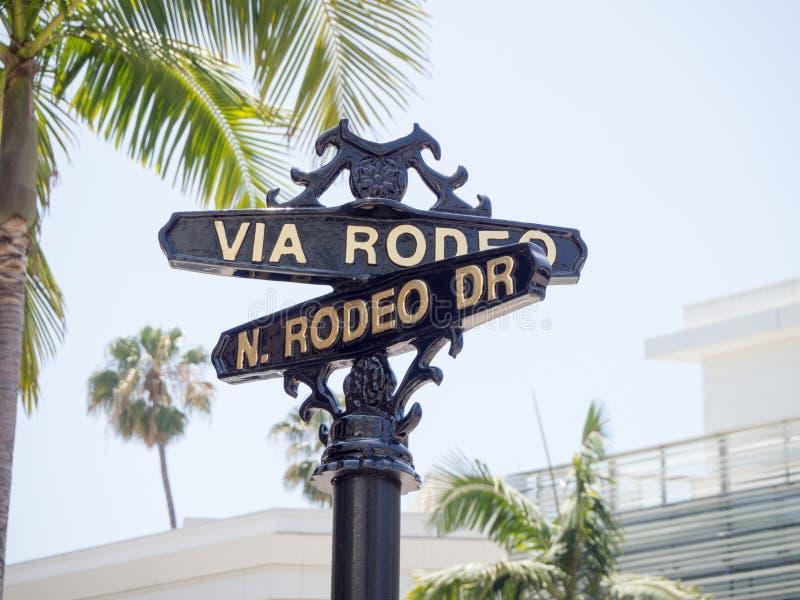 Sinal de rua mundialmente famoso de Rodeo Drive imagens de stock