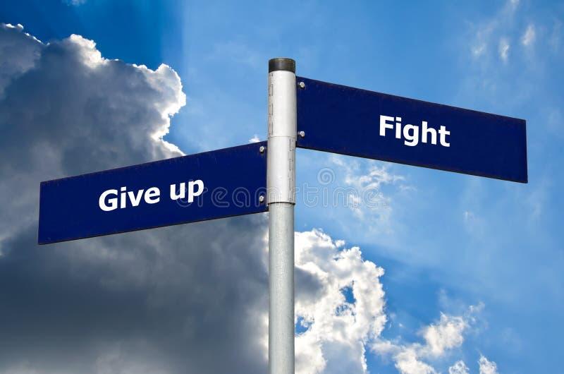 Sinal de rua na frente das nuvens escuras que simbolizam a escolha entre 'para dar acima 'e 'a luta ' ilustração stock