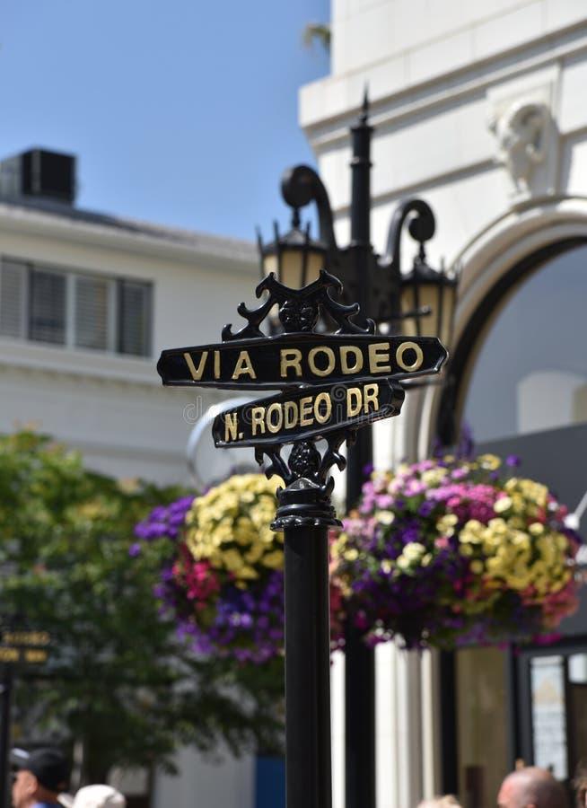 Sinal de rua para através do rodeio e o Rodeo Drive imagem de stock