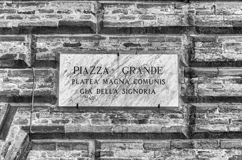 Sinal de rua para Piazza Grande, Gubbio, Úmbria, Itália fotografia de stock royalty free