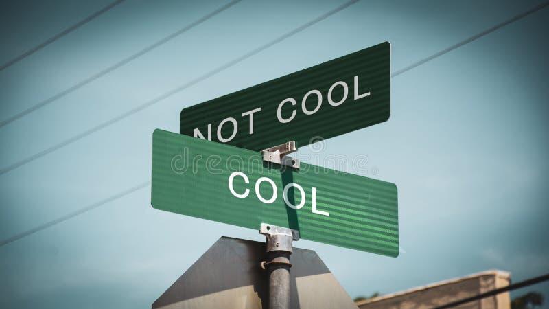 Sinal de rua refrigerar contra Uncool foto de stock royalty free