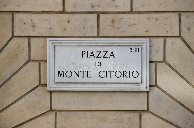Sinal de rua velho no quadrado de Montecitorio em Roma fotografia de stock