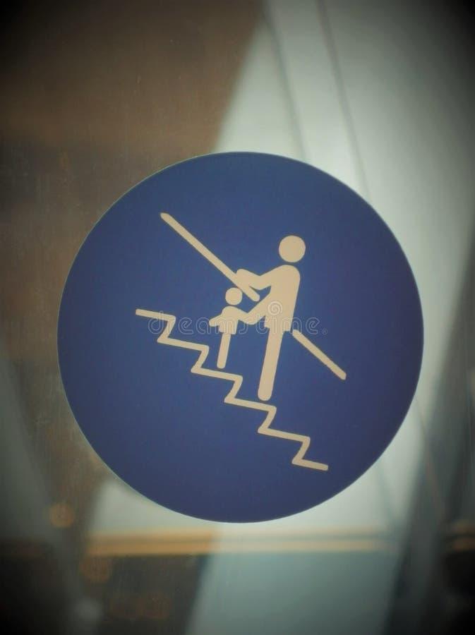 Sinal de segurança da escada rolante para viajar com crianças pequenas imagens de stock
