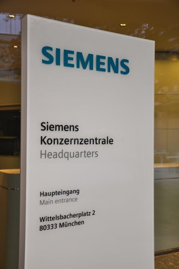 Sinal de Siemens na entrada de matrizes novas - Munich, Alemanha foto de stock royalty free
