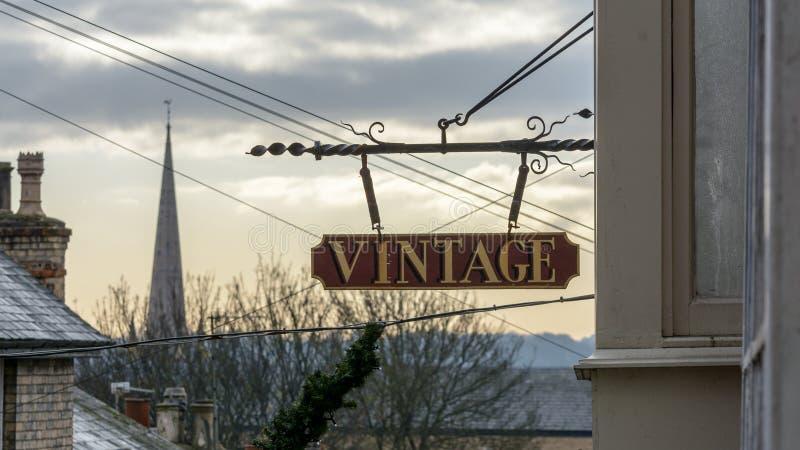 Sinal de suspensão da loja do vintage imagem de stock