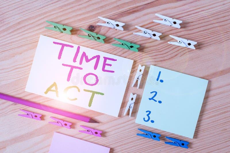 Sinal de texto mostrando a hora de agir Foto conceitual Faça agora Resposta imediata Algo precisa ser feito Colorido imagens de stock royalty free