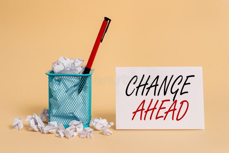 Sinal de texto mostrando a mudança à frente Foto conceitual Algumas alterações aguardando para acontecer Perspective Standby empa fotografia de stock