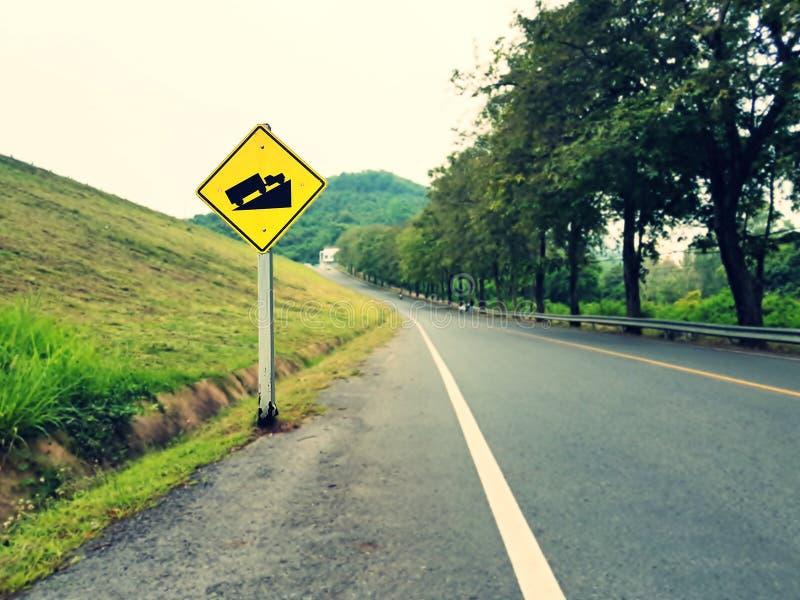 Sinal de tráfego íngreme do monte da categoria na estrada foto de stock