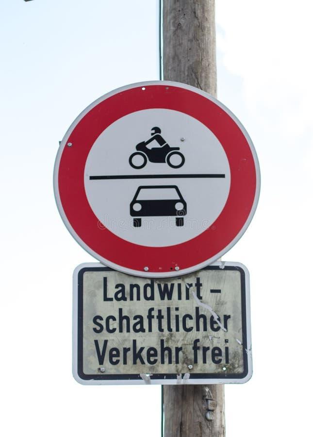 Sinal de tráfego alemão, somente para residentes foto de stock
