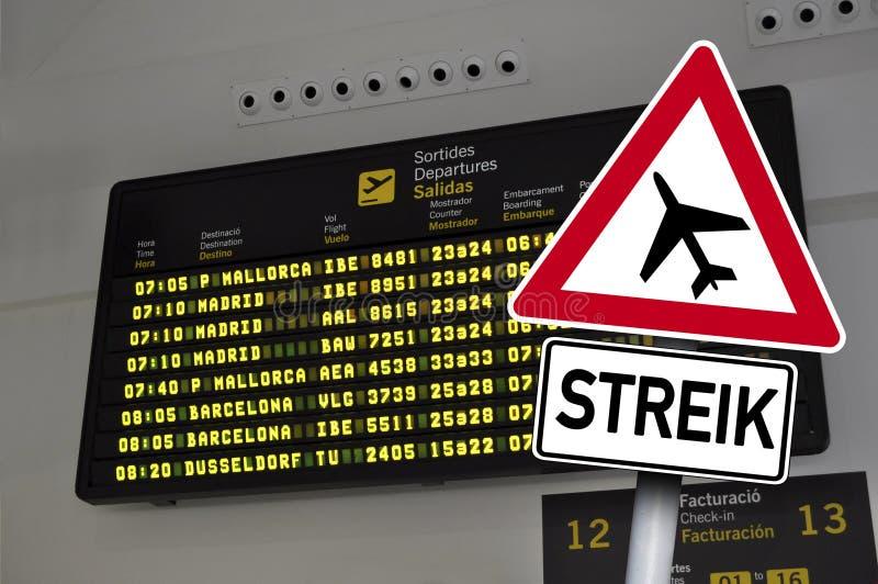 Sinal de tráfego com greve na frente de uma exposição do aeroporto imagens de stock royalty free
