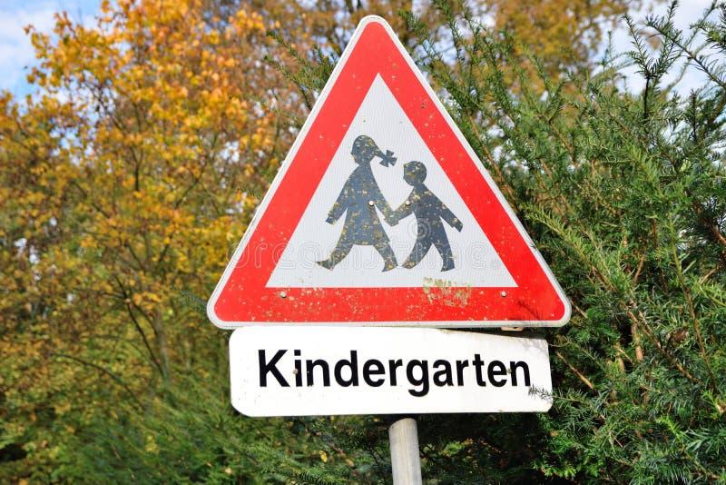 Sinal de tráfego do jardim de infância imagem de stock royalty free