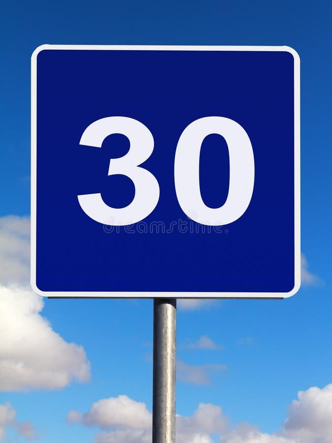 sinal de tráfego do limite de velocidade de 30 quilômetros imagem de stock royalty free