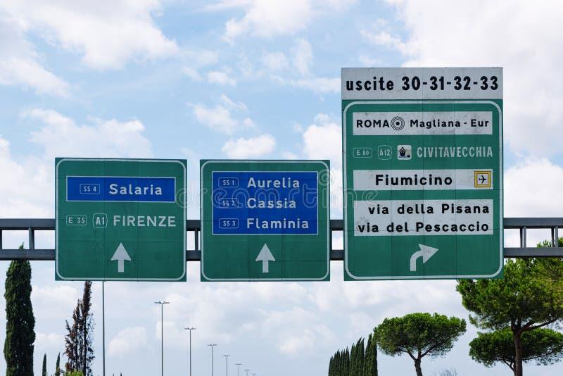 Sinal de tráfego na estrada em Roma em Itália fotos de stock
