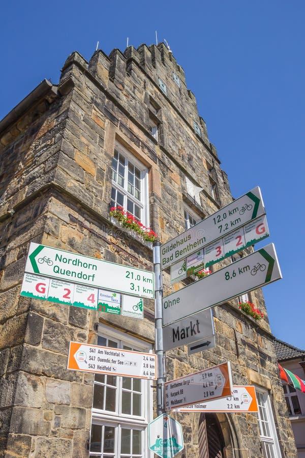 Sinal de tráfego para ciclistas na frente da câmara municipal de Schuttorf fotos de stock