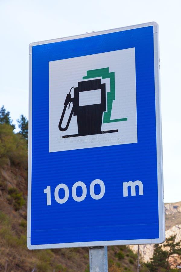 Sinal de tráfego que anuncia a estação do combustível em 1000 medidores imagens de stock